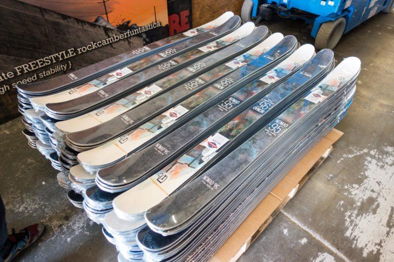 完成して出荷を待つスキー板たち