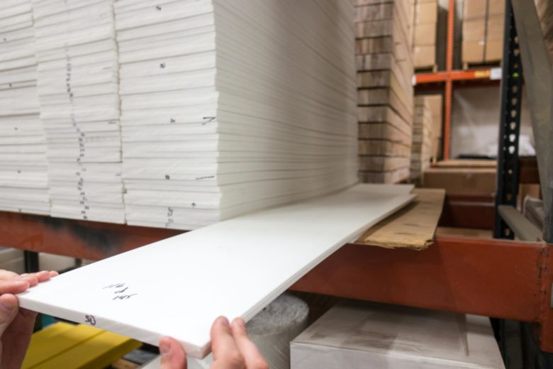 プラスチックのような素材のスキー板の材料