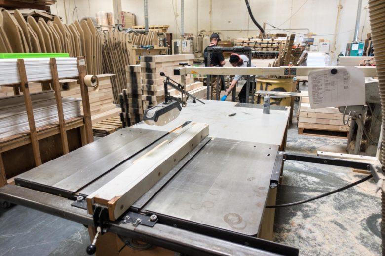 木材を型に合わせて切っていく工程