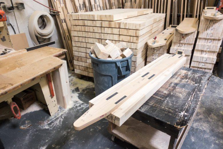 スキー板の芯材の形にカットするための型