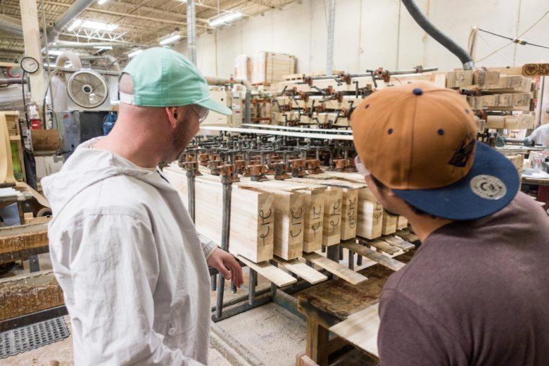 芯材となる木材にプラスチックのような素材を貼り合わせる