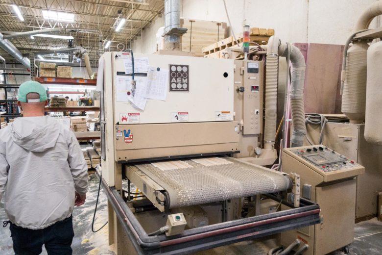 大型の機械で材料を整える