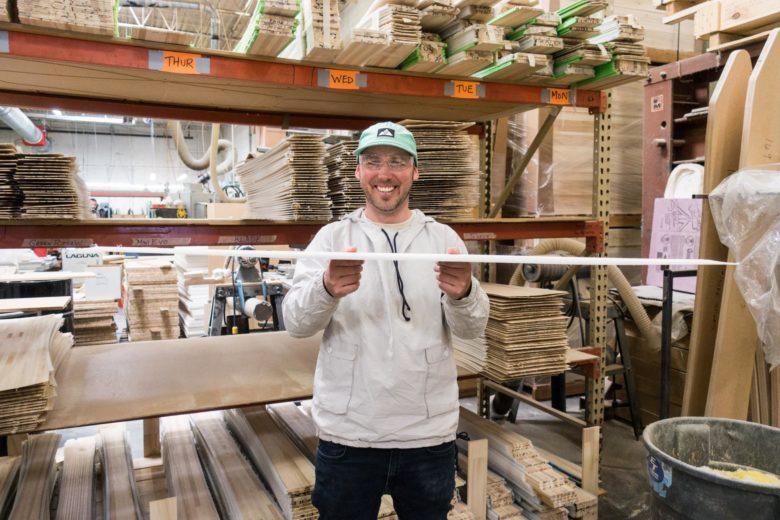 板の形が見えてきました。それを持って嬉しそうにする創業者ベン・アンダーソン