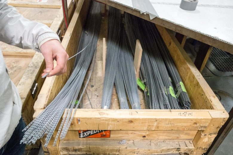 スキーのエッヂになる金属部品の束