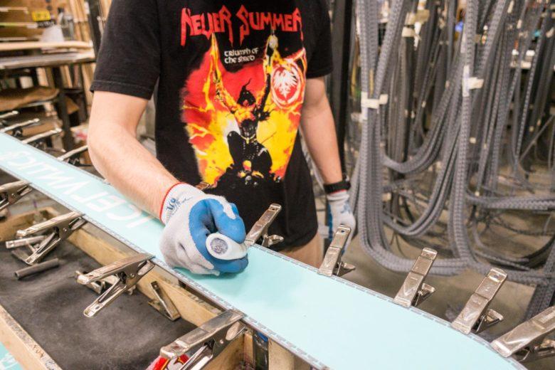 金属部品の貼り合わせ部分に一つ一つ接着剤を塗っていく
