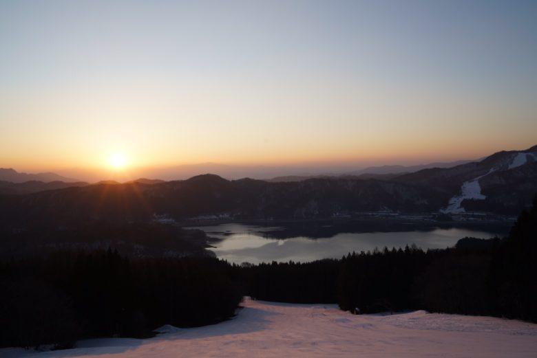 ゲレンデから青木湖を見下ろす