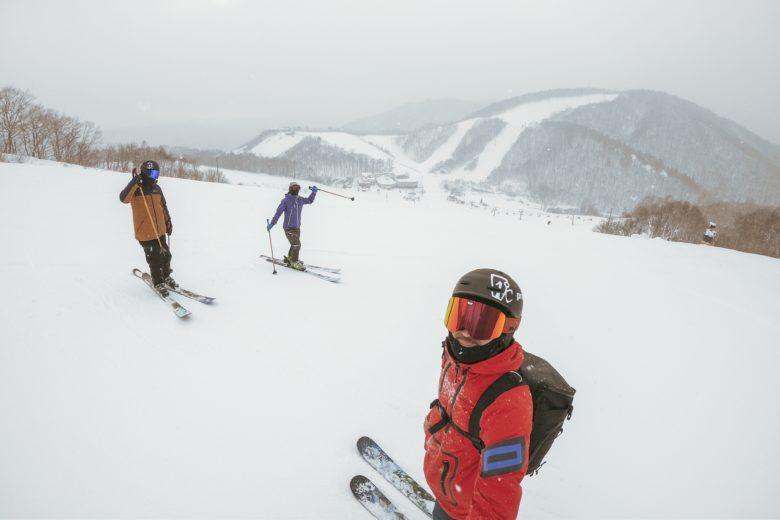 仲間とともにスキーを楽しむ